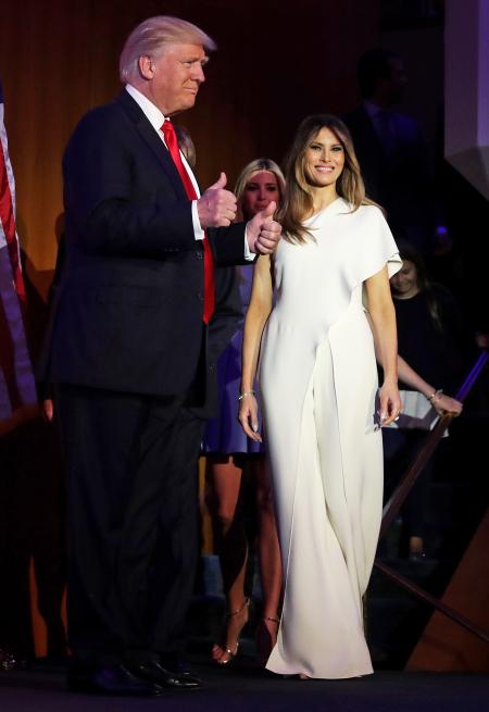 На пресконференцията след победата на съпруга си Доналд Тръмп, Мелания възхити критиците появявайки се с бял гащеризон с едно рамо от последната колекция на Ralph Lauren, който струва над 4 хиляди долара.