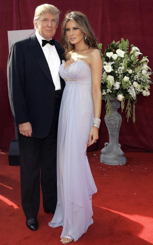 """Дамата в лилаво: на наградите """"Еми"""" през 2005-та, Мелания носи шифонена рокля в нежно люляково. Кожата и лицето й са толкова безупречни, че мнозина подозират, че екс-моделът се е възползвала от ботокс."""