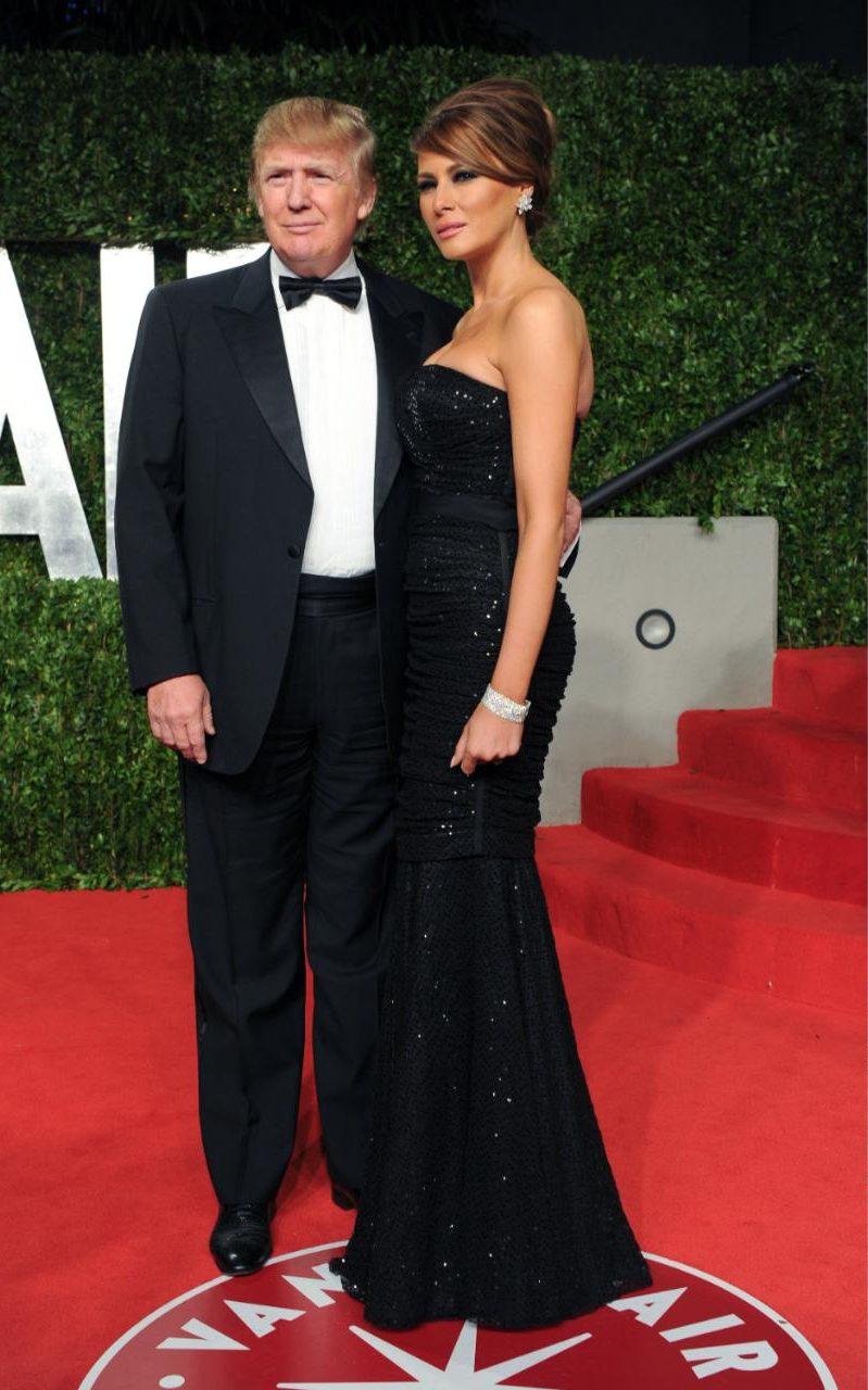 Преди Доналд Тръмп да се кандидатира за президент на САЩ, той и съпругата му не слизат от червения килим. Тук двойката е на парти на Vanity Fair, годината е 2011. Мелания е в бляскава черна рокля без презрамки и стилно вдигната коса във френски възел.