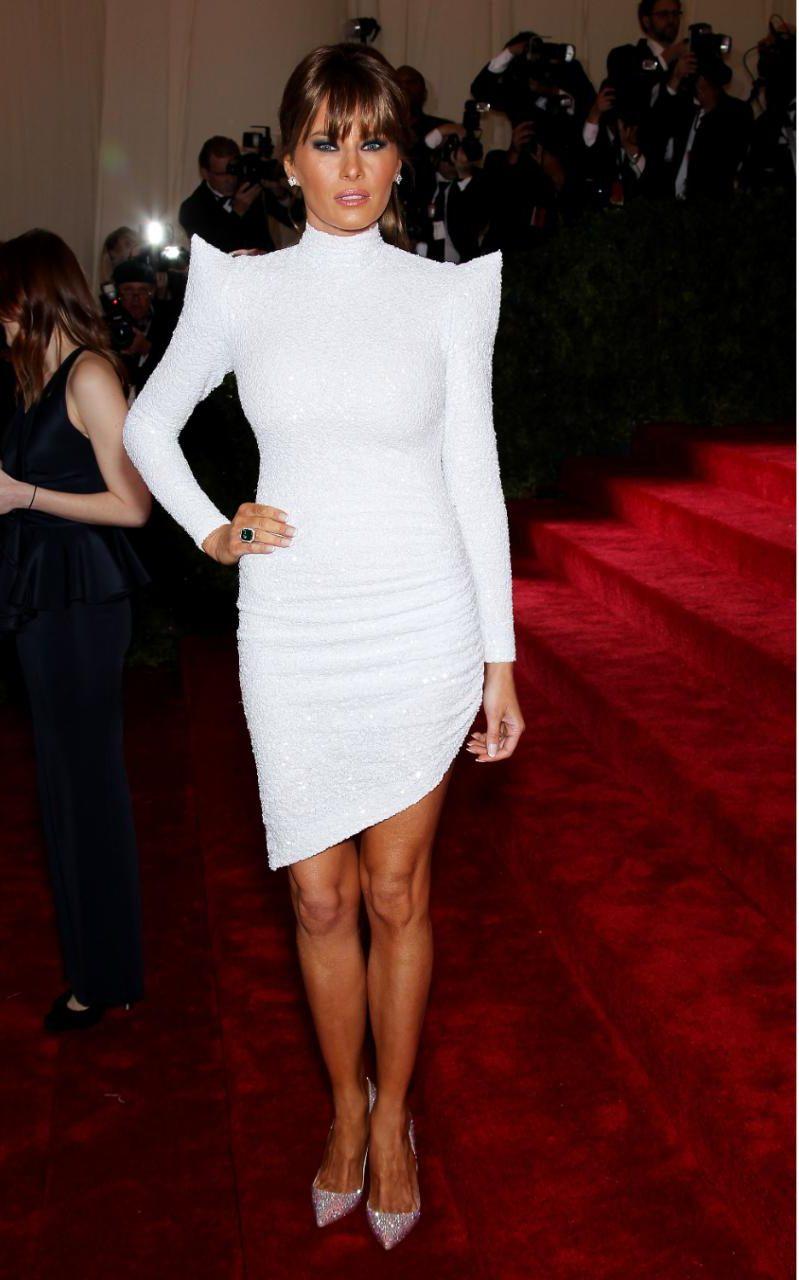 Годината е 2012, а госпожа Тръм дори няма представа, че ще влезе в политическия живот на страната, може би именно заради това тук я виждаме с бляскава бяла и много къса рокля на Marc Bouwer Couture с интересен дизайн в раменете и доста тъмен вечерeн грим.