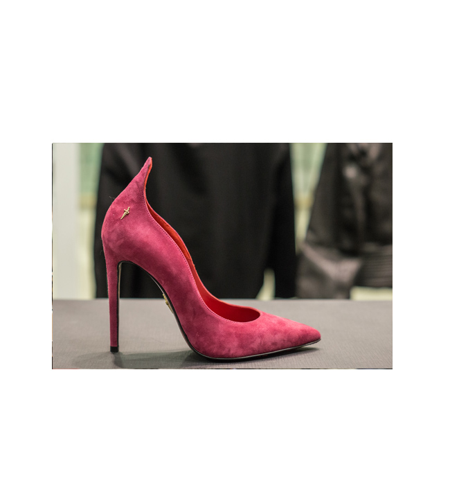 Велурени обувки 4US Cesare Paciotti: Стара цена 935 лева/ Нова цена 467 лева. Толкова са женствени, че не можем да им устоим.