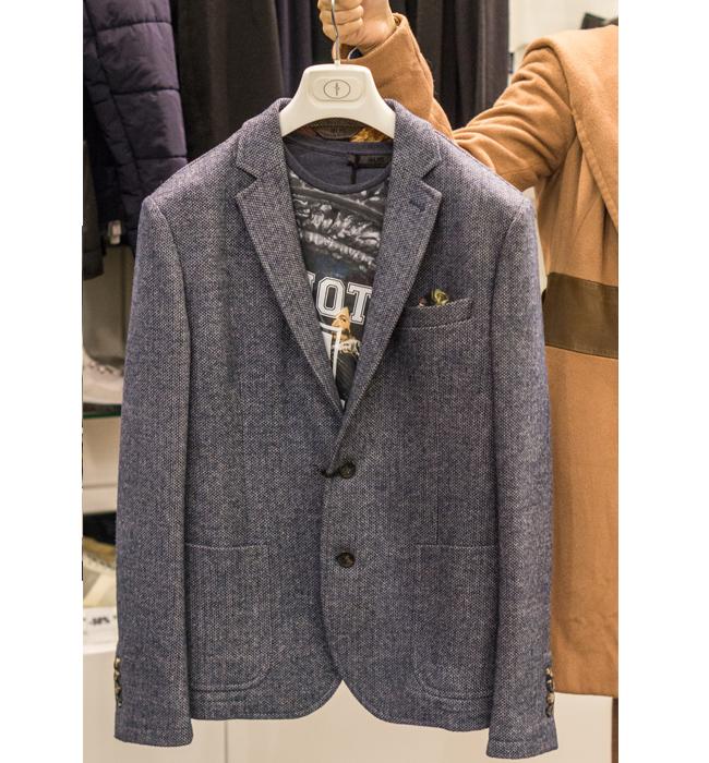 Мъжки блейзър 4US Cesare Paciotti: Стара цена 919 лева/ Нова цена 459 лева. Сакото от туид, не е излизало от мода около два века.