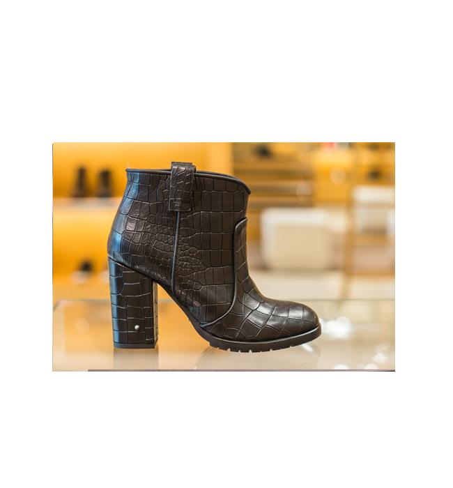 Черни боти Fornarina от магазин Scandal: Стара цена 378 лева / Нова цена 189 лева. Класически, кожени, черни. Три безпогрешни аргумента.