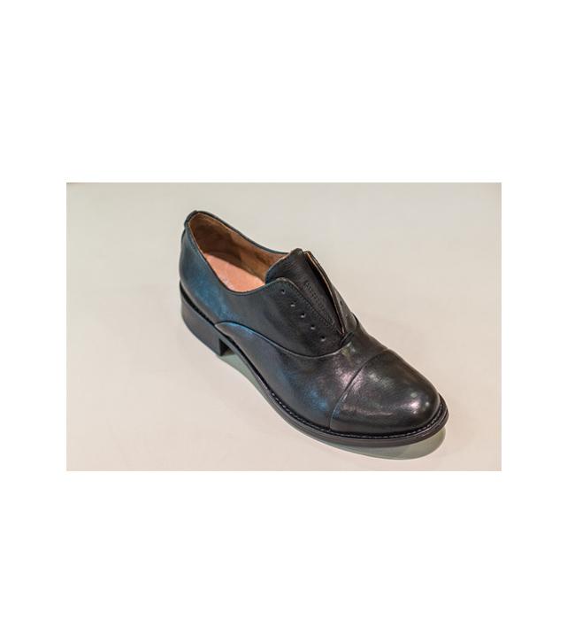 Дамски обувки Carmens Padova от магазин Scandal: Стара цена 204 лева/ Нова цена 143 лева. Този женски, класически модел излиза от релсите с липсата на връзки и директно влиза в нашия гардероб.