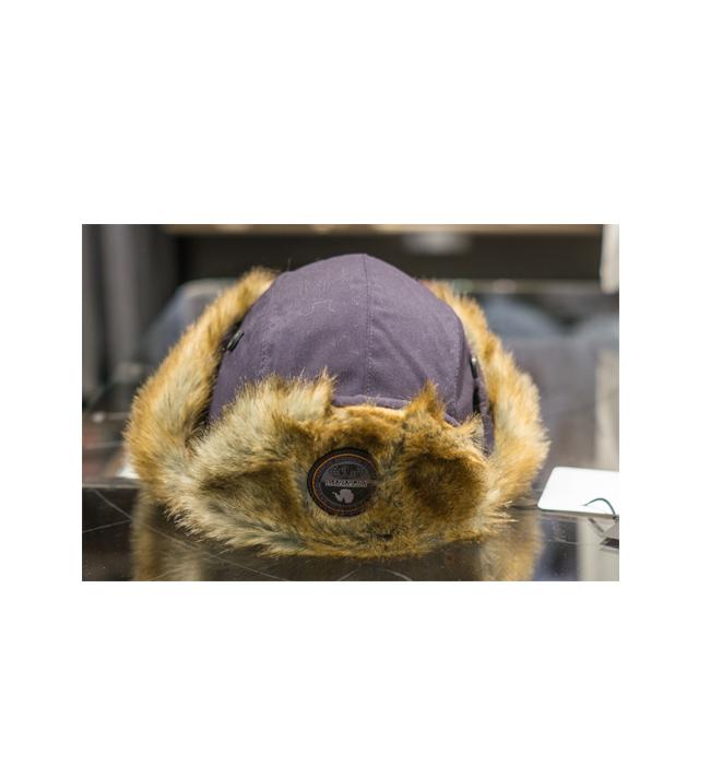 Мъжка шапка Napapijri: Стара цена 115 лева/ Нова цена 81 лева. Нестандартна е, за това ни хареса. Без да е необходимо да се запътваме към руските тундри.