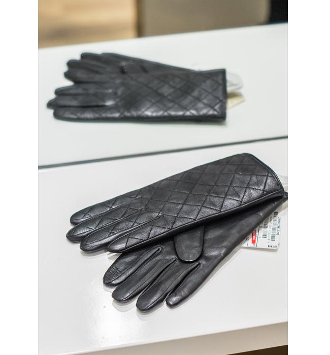 Кожени ръкавици K-Ro от магазин Peek&Clopenberg: Стара цена 79.95 лева/ Нова цена 59.95 лева. Топли ръце и стилен завършек към тоалета. Кожено изящество, което не можем да подминем.
