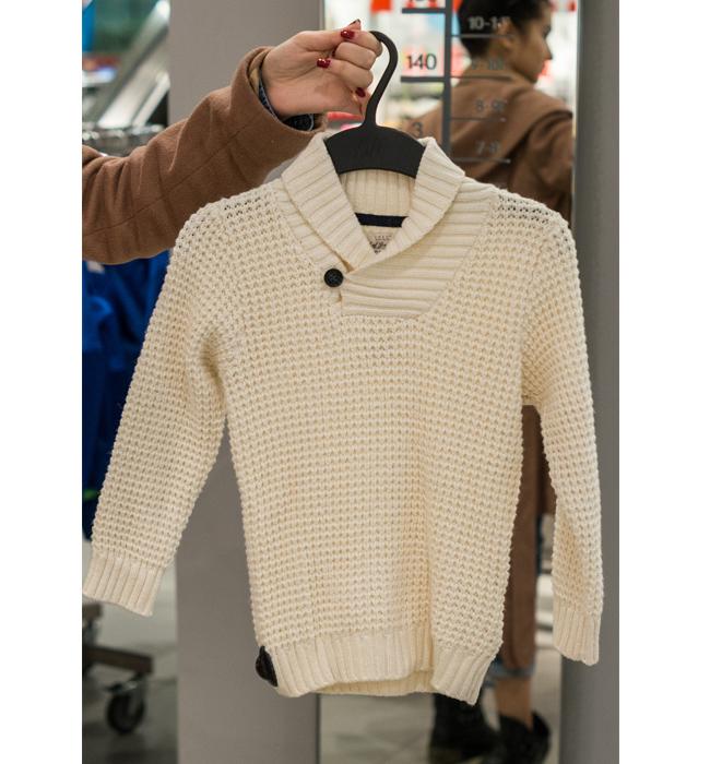 Детски пуловер за момченце H&M: Стара цена 34.90 лева/ Нова цена 20 лева. Моделът с голяма яка е застъпен и при малките господа. Харесва ни.