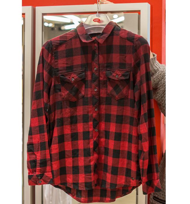 Карирана риза Esprit: Стара цена 99 лева/ Нава цена 59 лева. Каре и омбре в черно и червено е сбъдната мечта.