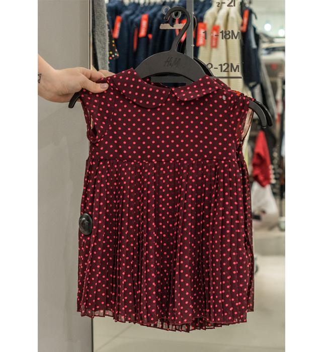 Детска рокля за момиченце H&M: Стара цена 29.90 лева/ Нова цена 10 лева. Очарователна е, достатъчна причина за да я вземем.