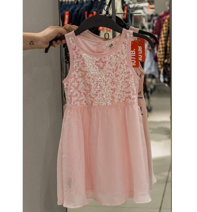 Детска рокля H&M за момичнце: Стара цена 19.90 лева/ Нова цена 10 лева. Момиченцата обичат розово. Ние все още понякога забравяме, че сме пораснали.