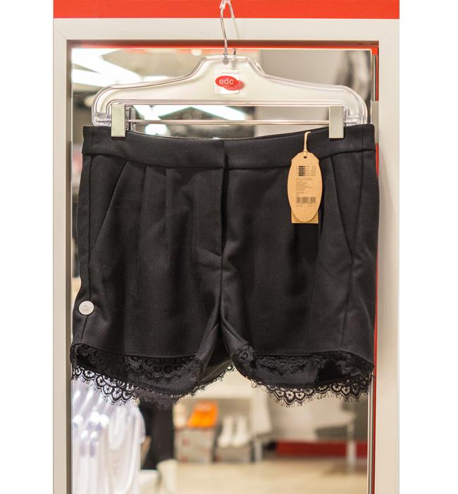 Къси панталонки Esprit: Стара цена 99 лева/ Нова цена 59 лева. Късите панталонки все още владеят фешън фантазиите, а тези с дискретната си дантела ни плениха.