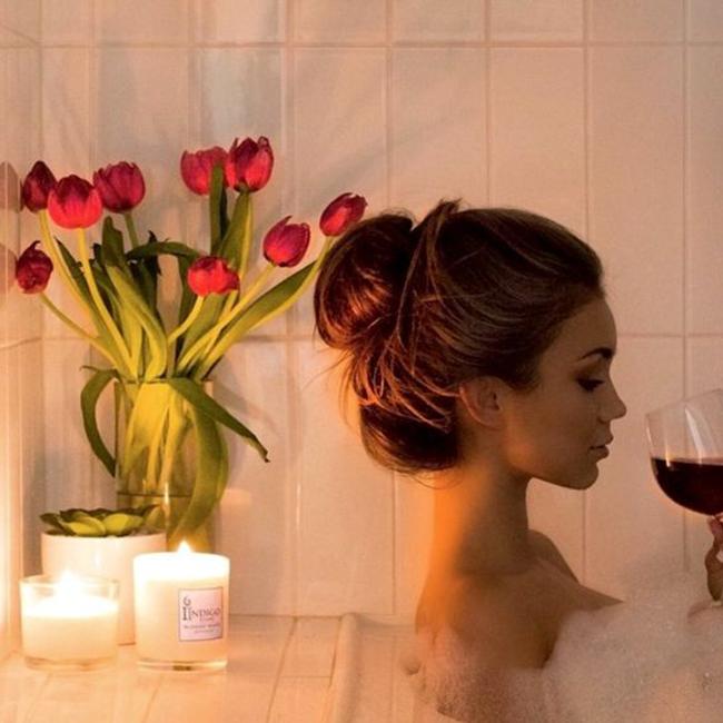 Домашна парна баня  След като почистите лицето си от грима и нечистотиите, пуснете много топла вода на душа, затворете вратата на банята и позволете на кожата да поеме влагата и да се хидратира. След това нанесете на лицето продукт с хиалуронова киселина - тя спомага за задържане на влагата в кожата.