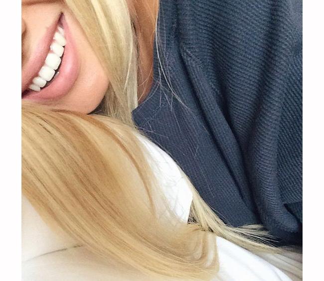 Изкрящо бяла усмивка  Снежно-бялата усмивка е от огромно значение за начина, по който изглеждате и се чувствате не само сутрин, но и през целия ден. Някои продукти за избелване на зъбите са предназначени за вечерно нанасяне. И определено по-белите зъби могат да повишат самоувереността и самочувствието през целия ден!