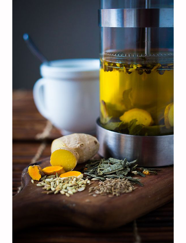Чай от… Копър!  Семената на копъра се борят с газообразуването в организма. Добавете няколко капки прясно изтискан лимонов сок към горещата напитка за подобряване на вкуса.