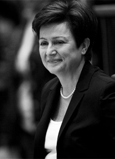 Кристалина Георгиева Ако някой посмее да каже, че политиката не е за жени, България определено има силен коз срещу това невярно твърдение. КристалинаГеоргиева с достойнство и женски плам  отстоява българската политическа чест като еврокомисар. През октомври  тази година Кристалина Георгиева беше номинирана за престижната титла
