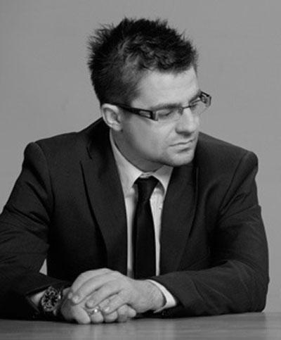 Андрей Арнаудов Без съмнение той е по-интересната половинка от популярния дует. Мъжествен, въпреки невисокия ръст, с абсолютно прекрасна усмивка, отново ерген и с неустоим диоптър, задължително обрамчен в елегантна рамка, Андрей Арнаудов е блестящ пример за харизматичен и перспективен млад мъж по нашите земи. При него има и още нещо много важно, добро потекло, чудесно възпитание, музикална култура.