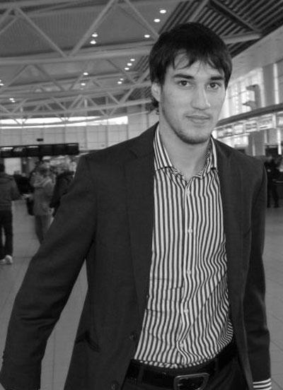 Ивелин Попов Най-младият капитан на националния отборпо футбол до сега. По правило, на който му върви на терена, му върви и в поп-фолка и с плеймейтките. Има амбицията да бутне Бербатов от трона на Футболист на България.