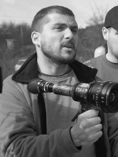 """Камен Калев През 2009 година Камен Калев стана сензация. Неговият филм """"Източни пиеси"""" е сред участниците на филмовия фестивал вКан, както и първият български филм в официалната селекция от 1990 година. """"Източни пиеси"""" е неговият първи пълнометражен игрален филм, реализиран без държавно финансиране. Режисьорът вече е легенда, а зад мъжетсвената му фигура всъщност се крие един симпатичен романтик."""