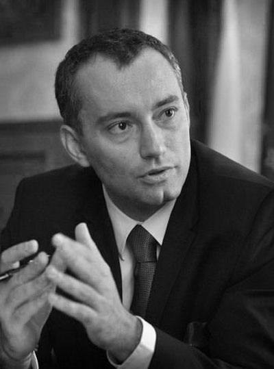 Николай Младенов Управлявал е две министерства, военното и в момента оглавяваМинистерството на външните работи, красив като картина и маркиран с герба на най-неустоимата тръпчинка.
