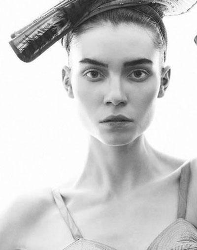 Симона Стоянова Момичето, което пожъна небивал успех като модел в чужбина през последните няколко сезона. Видяхме я на подиумите в почти всички модни столици, а в Ню Йорк тя взе участие в цели 16 ревюта.