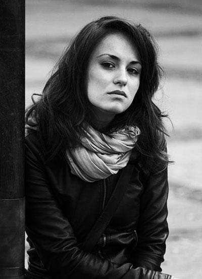 Радина Кърджилова Дебютантката на телевизионния и кино екран се оказа младата надежда на възродилото се киноизкуство у нас.Тя е талантлива и красива и очевидно една от малкото новоизгрели звезди, които не са обсебени от тънките талии и кориците на мъжките списания.