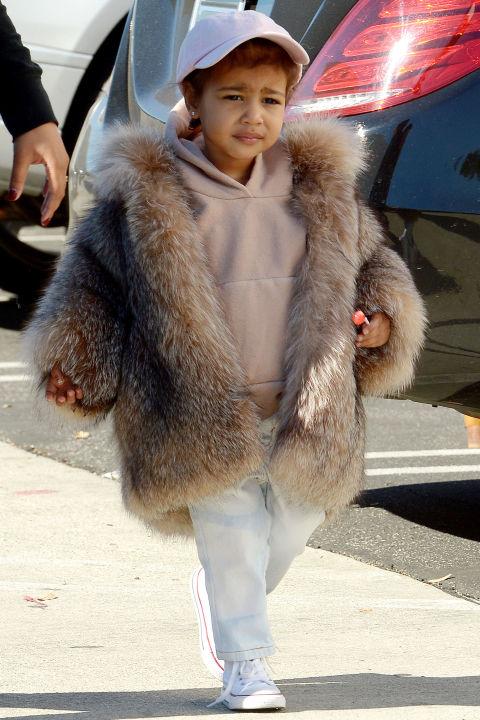 """Искаме тази визия в """"пораснал"""" вариант! Палтенце от сребърна лисица, суичър в жестокото пастелено розово и бейзболна шапка! Какво повече?!?!?"""
