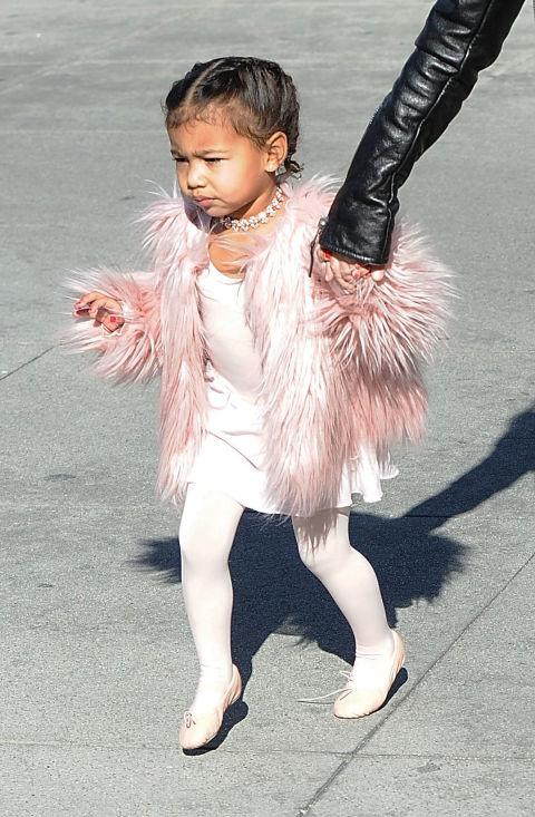Когато отиваш на урока си по балет и заложиш на червен маникюр и това жестоко и много пухкаво розово палтенце.