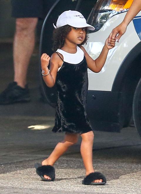 Безумно много трендове съчетани в един мини аутфит - Slip рокля с бял топ, бейзболна шапка и тези чехли с пух, за които умираме!