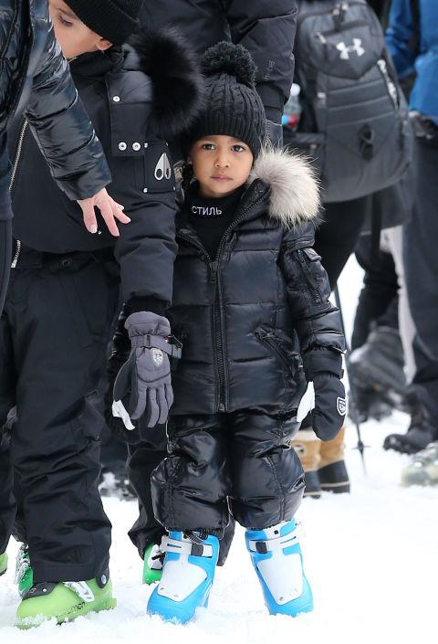 Разбира се, че и докато кара ски Норт е облечена в дизайнерски модели - с естествен косъм и неизменната шапка с пом-пон.