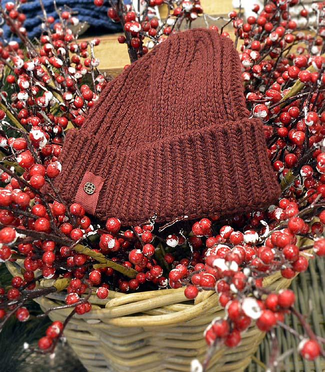 Шапка Loevenich от Peek and Cloppenburg 24.95 лв. намалена цена Топлата плетена шапка е от задължителните за празниците подаръци. Клише е, но пък носи истинско коледно настроение.