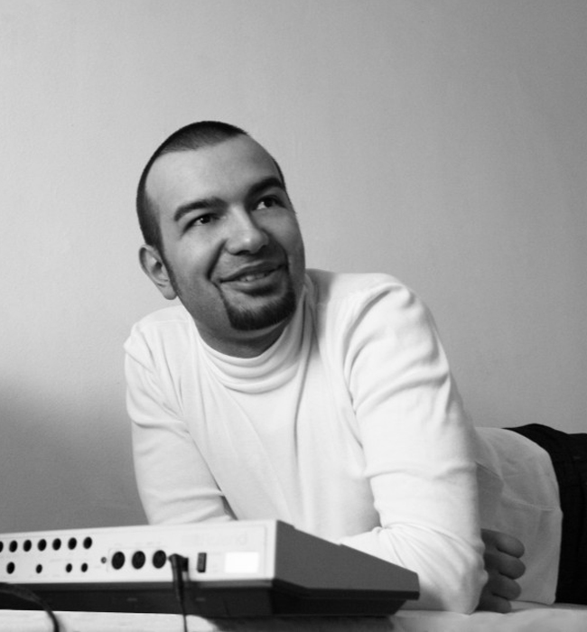 KINK Името му е Страхил Велчев, но по света е известен като KINK - продуцент и диджей, изключително интересен музикант. В началото на 2015 г. представи хибридна идея за live/DJ пърформанс в YouTube, записвайки основни loop-ове и мелодии от неговия Modular синтезатор, след което ги възпроизвежда отново, чрез стандартно DJ оборудване – CDJS и грамофони. Нарича идеята KiNK presents Cyrillic и премиерата й бе по време на тазгодишното издание на Horizon Festival 2015 в Банско. Взима участия в значими музикални събития като Amstersam Dance Event, Sonar (Барселона), Ushuaia (Ибиса), Tomorrowland (Белгия), Panorama Bar (Берлин). Още един успешен български артист, популярен повече навън, отколкото у нас.