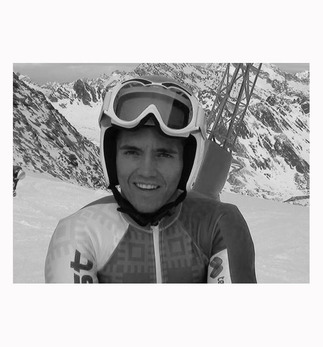 Алебрт Попов  Момчето е номер 1 в гигантския слалом на световното за младежи в Хафиел, носител е на два сребърни медала от Европейския зимен фестивал в Лихтенщайн и Австрия и е в топ 100 на ранглистата на ФИС. Всичко това му носи номинация за Млад спортист на годината 2015 в категория Зимни спортове. През ноември той претърпя тежка катастрофа с националния отбор по ски, но се възстановява успешно, пожелаваме му късметлийска 2016-та и още многобройни спортни постижения.