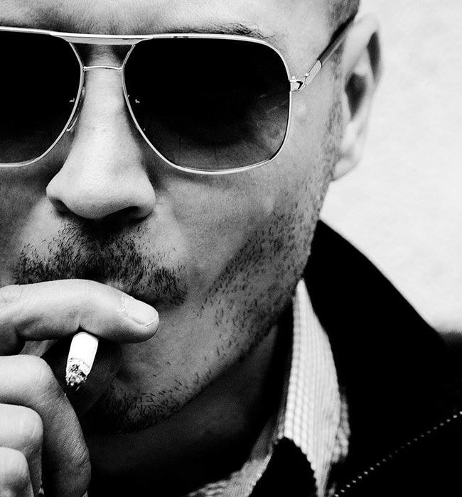 """Вихрен Георгиев   Наричат го """"Ловецът на лица"""", тъй като той е човекът, който движи най-харесваната авторска страница за фотография в България - People of Sofia. За изключително кратко време онлайн порталът му се превърна в разпознаваем виртуален албум за улична фотография с повече от 70 хиляди последователи. Наскоро Вихрен издаде и книга с най-добрите заснети кадри до момента."""