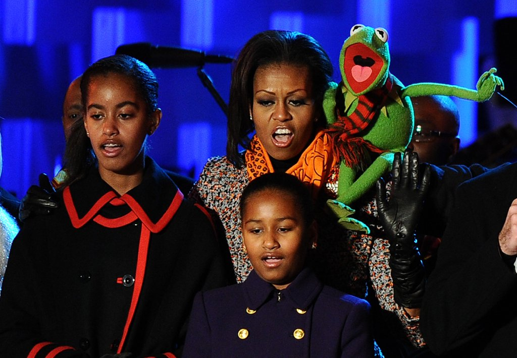 По време на запалването на светлините на коледното дръвче същата година - момичетата на Обама пеят с пълен глас заедно с Жабока Кермит.