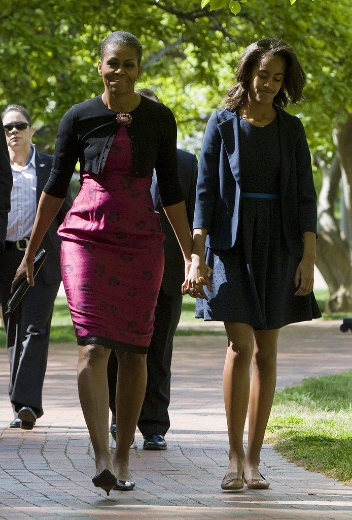 Годината е 2012г., а Мишел и Малия са се запътили към служба по случай Великден.