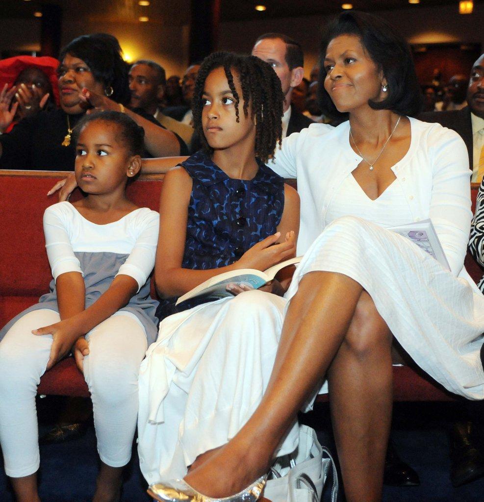 Годината е 2008, а момичетата на Обама, тогава кандидат за президент, слушат речта му по случай Деня на бащата.