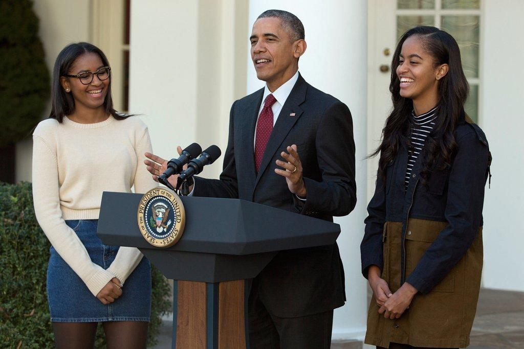 Момичетата се смеят на шегите на баща си, докато той представя пуйката за Деня на благодарността на Белия дом през ноември 2015г.