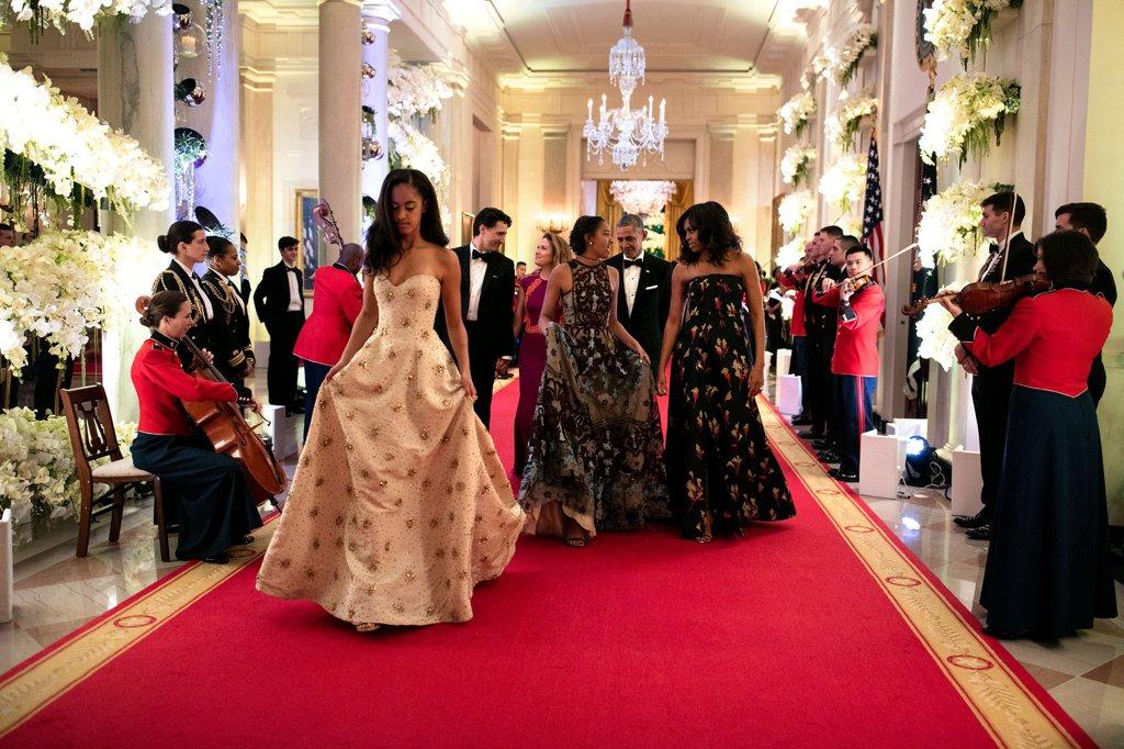 През март 2016 вече порасналите дъщери на Обама се отправят към първата си официална вечеря.