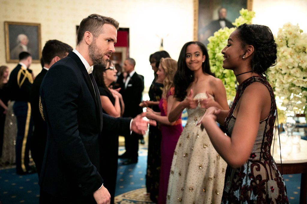 Малия се радва на това как сестра й Саша си говори с актьора Райън Рейнолдс.