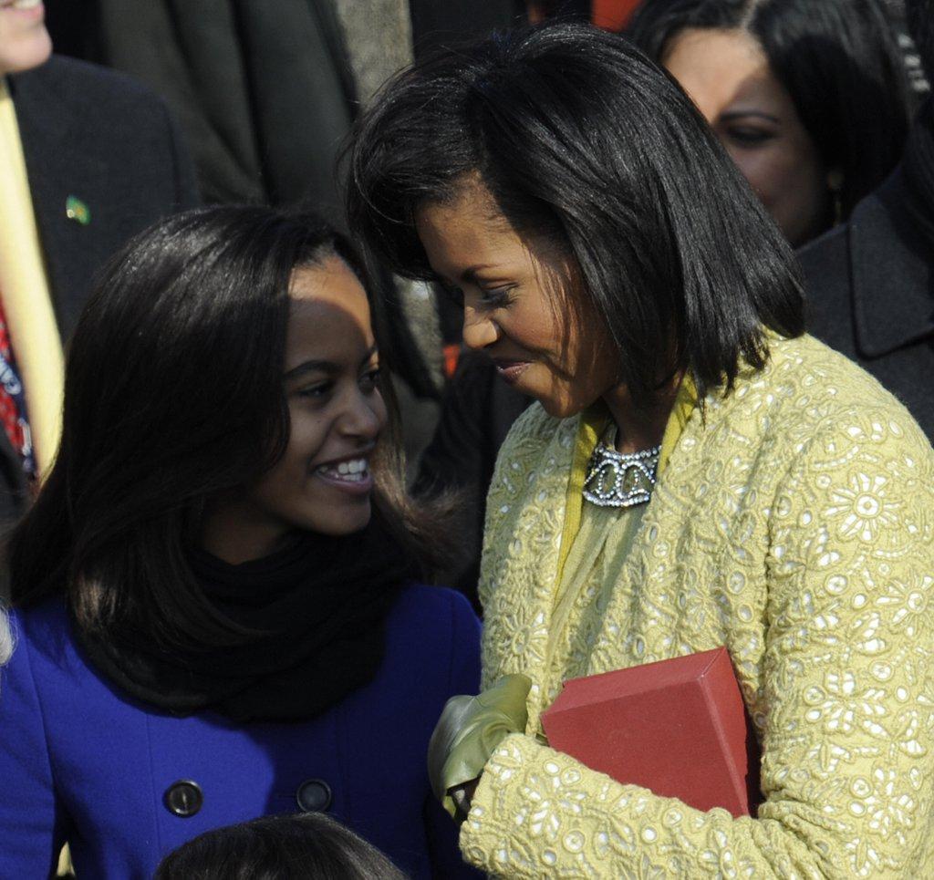 Мишел и Малия споделят личен момент по време на встъпването в длъжност на Барак през 2009г.