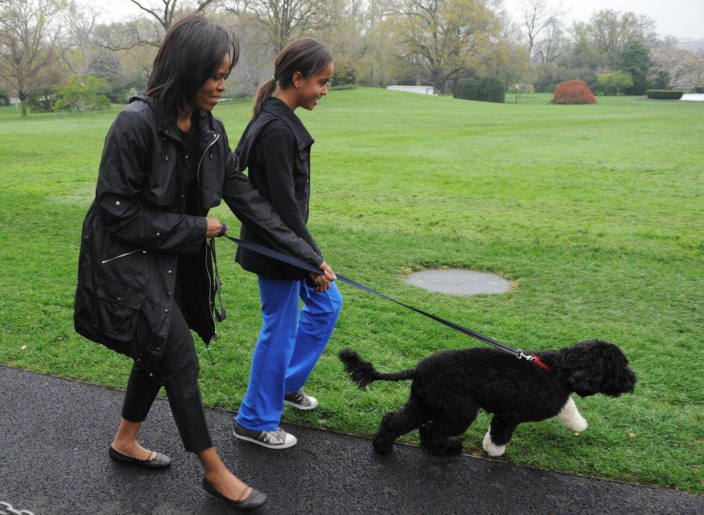 Април 2009г. - Мишел и Малия разхождат новия член на семейството - Бо Обама.