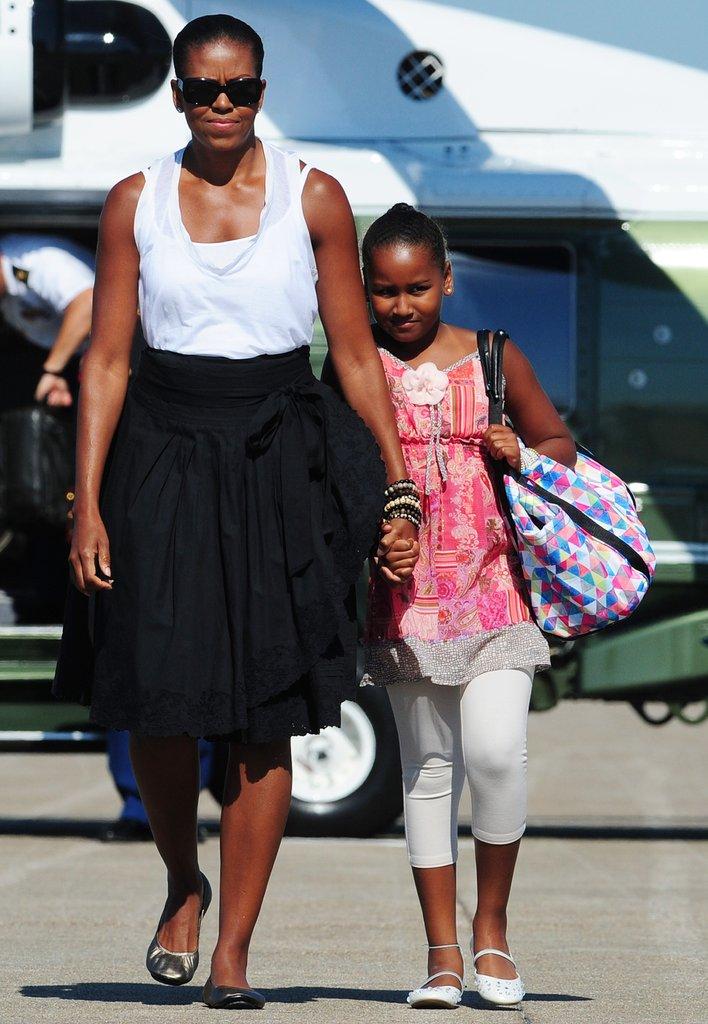 Годината е 2010, а Саша се държи здраво за мама Мишел, докато двете са на посещение в щата Масачузетс.