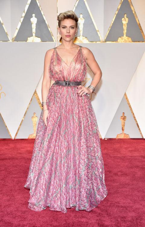 Хм, Скарлет показа доста интересно съчетание - роклята й с принт бе съчетана с дързък черен колан и големи сребърни гривни.