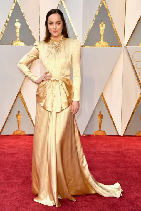 Гигантическо не, за тоалетът на Gucci на Дакота Джонсън! Може да е уцелила със златния нюанс, но не и с дизайна! А и тази огромна панделка на талията?!?!