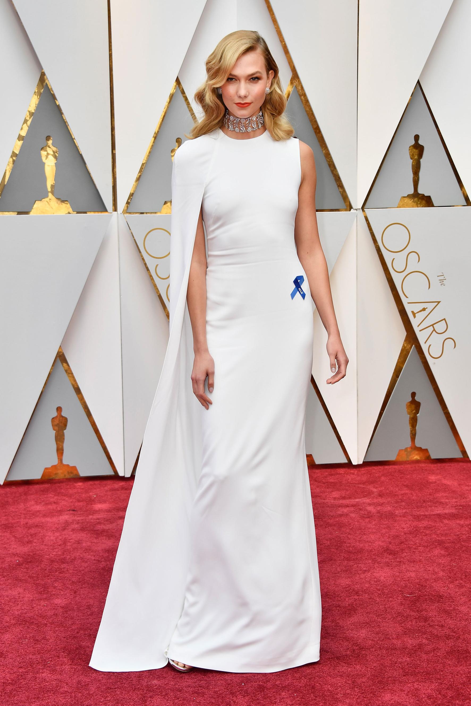 Карли Клос също успя да попадне в лошата класация, защото роклята й с пелерина напомни на тази на Гуинет Полтроу от преди време. Май отдавна мина тенденцията с наметалата, а, Карли?