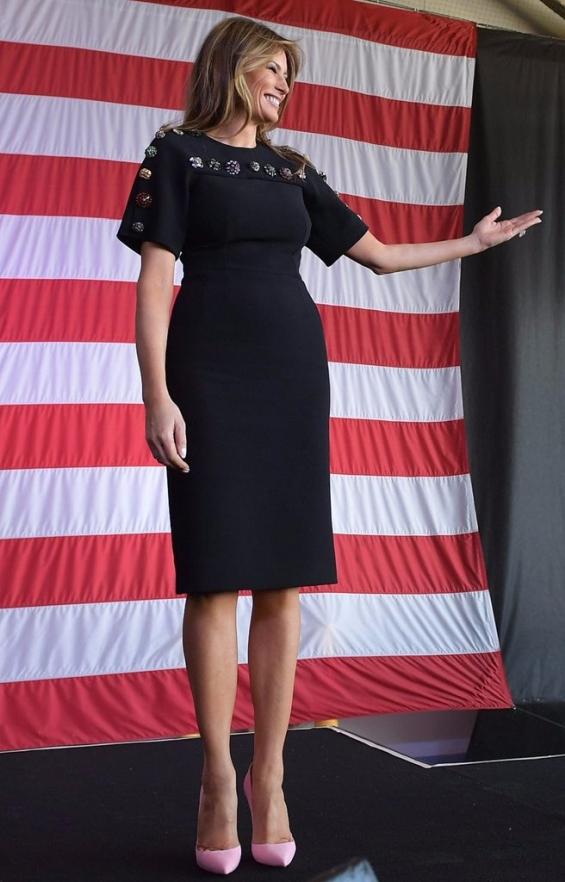 За завръщането си на родна земя в САЩ в рокля дело на Dolce & Gabbana и обувки Louboutin