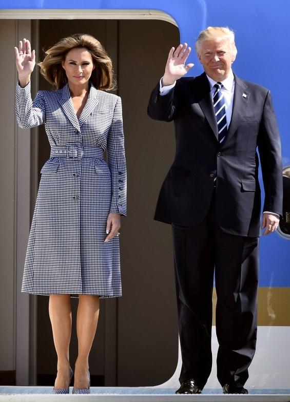 За пристигането си в Брюксел госпожа Тръмп се премени в тоалет с марка Michael Kors и обувки от Manolo Blahnik.