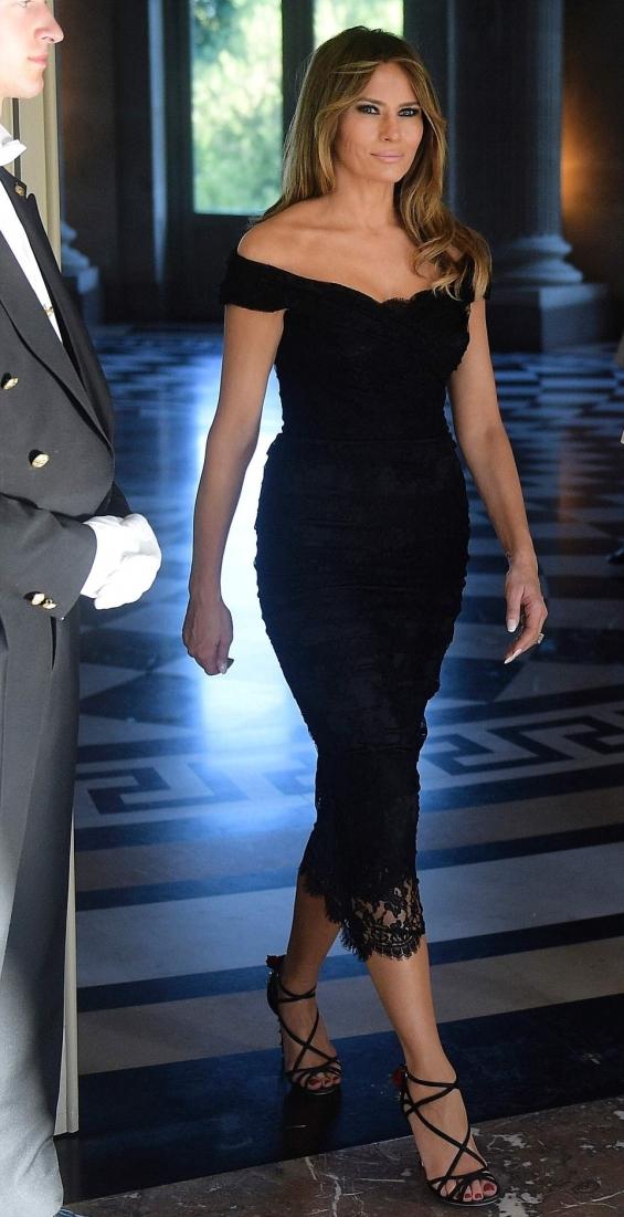 Вечерта пък Мелания блестеше в черна дантелена рокля на Dolce & Gabbana.