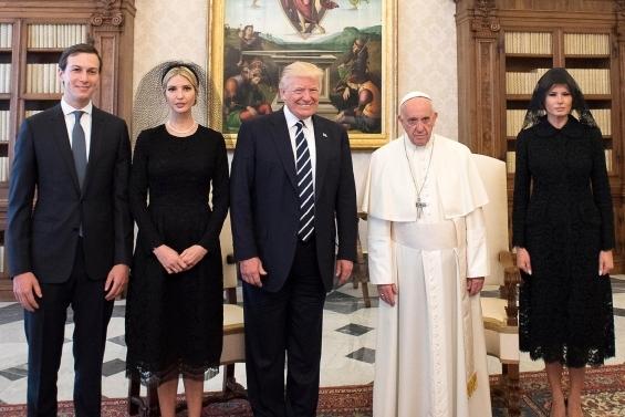 Във Ватикана за аудиенцита при Папата госпожа Тръмп отново показа поредното модно творение на Dolce & Gabbanа и този път, съгласно протокола, покри главата си с шал.
