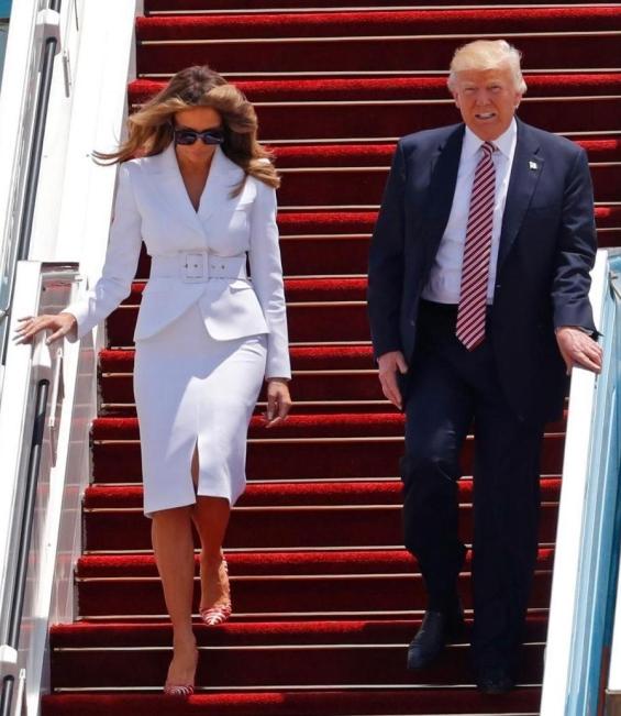 С бял костюм на Michael Kors Мелания пристигна в Тел Авив.
